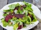 Рецепта Микс салата (зелена, айсберг) с червено цвекло, синьо сирене и орехи